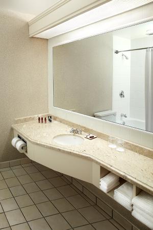 Delta Hotels by Marriott Barrington: Guest Room Bathroom