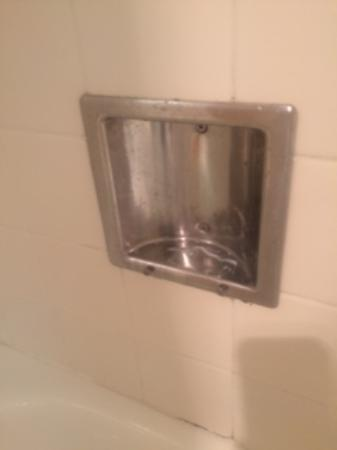 Holiday Inn Mount Vernon: Cheap discolored fittings