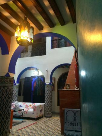 Riad Assilah Chefchaouen: La recepción es muy acogedora con cómodos sofás y chimenea
