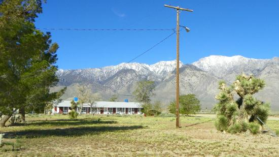 Rustic Oasis Motel: Snow covered hills behind.