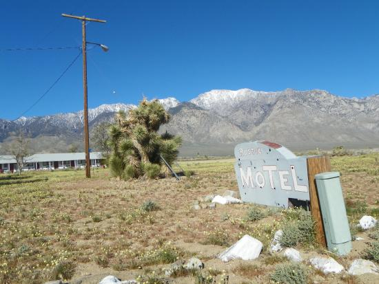 Rustic Oasis Motel: Beautiful dry lake bed in the front.
