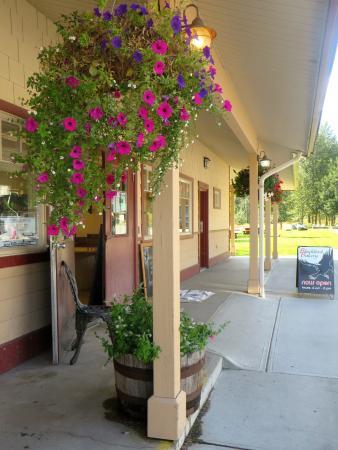 Pemberton, Canadá: The outside of the Blackbird Bakery