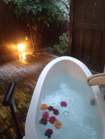 Hanaakarinoyado Tsukinoike: 客室の露天風呂、バラがありました。