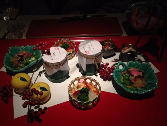 Hanaakarinoyado Tsukinoike: 前菜。中央に名物の「だだちゃ豆秘伝流し」、お口でとろけます。