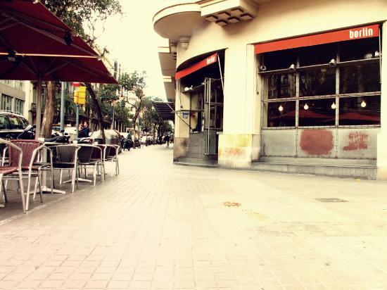 Fachada Y Terraza Picture Of Cafe Berlin Barcelona
