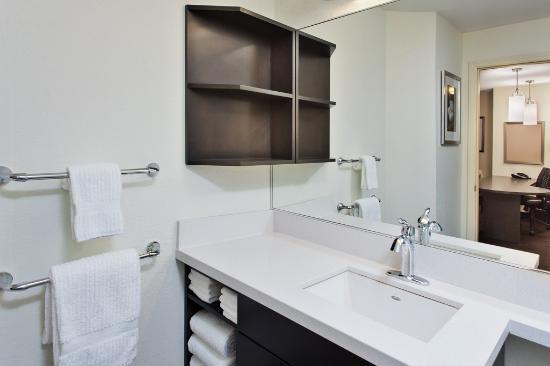 Candlewood Suites Huntsville: Bathroom