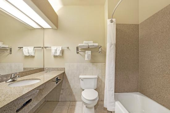 Super 8 Iah West/Greenspoint: Guestroom Bathroom