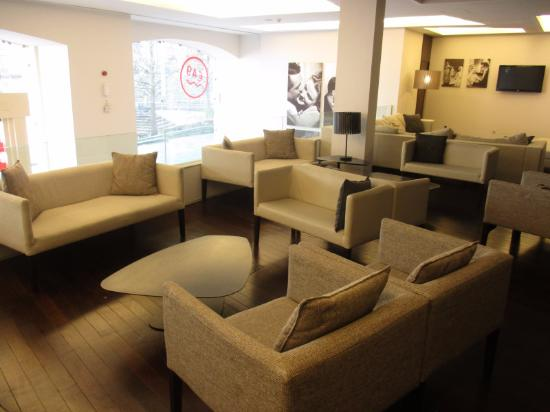 Moov Hotel Porto Centro: The common lounge room, large and great for socializing