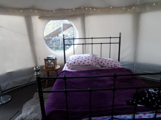 Appletreewick, UK: Bed in Yurt, bring your own bedding but frame and mattress is comfortable.