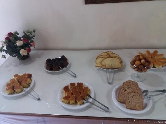 Pousada Jardins Penedo: Detalhe da mesa de comidas do café-da-manhã