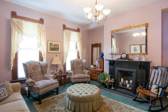 Harrison House Bed & Breakfast: Read a book, chat with friends, enjoy a glass of wine in our peaceful parlor
