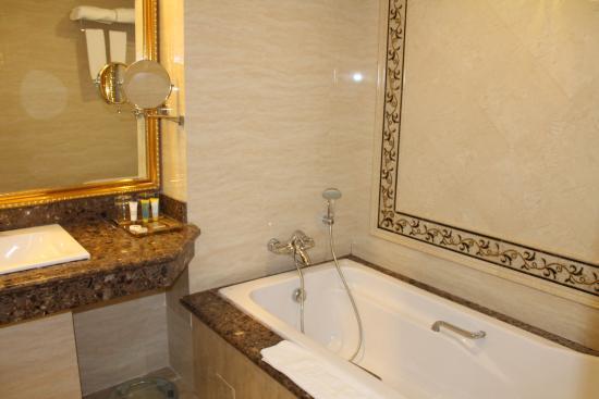 Grand Kandyan Hotel: Badezimmer Mit Dusche Und Separater Wanne.