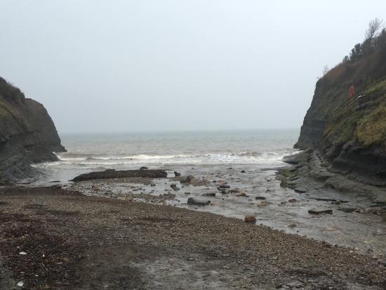 Fylingthorpe, UK: Boggle Hole cove - 10 metres to the beach