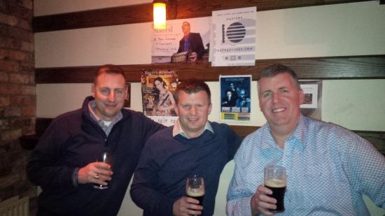 Miltown Malbay, Irlanda: Friend on the left from Charleston, SC, Groom in the middle and me on the right from Ontario, Ca