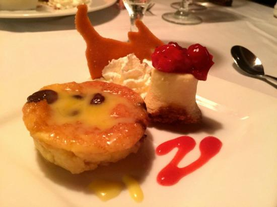 Malabar, FL: Yellow dog famous bread pudding and cheesecake- mini desserts