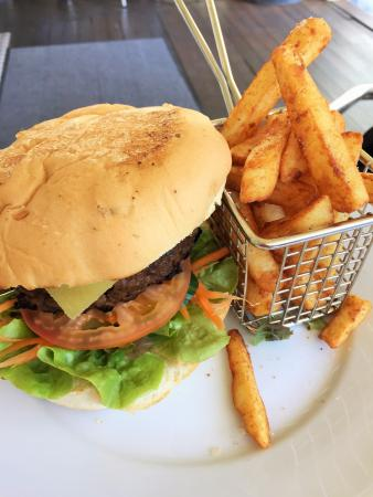 Flavours Cafe : gourmet beef burger with fab chips and a great pattie