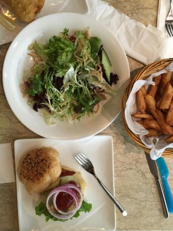 Let's Burger: Green salad, crunchy cheeseburger and fries