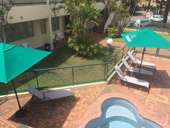 D'Arcy Arms Motel: Motel pool & garden