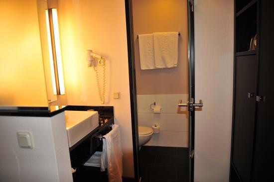 Das hübsche Badezimmer - Bild von Steigenberger Hotel Dortmund ...