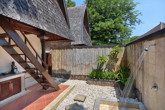 Hotel Vila Ombak: Traditional Lumbung Hut Bathroom