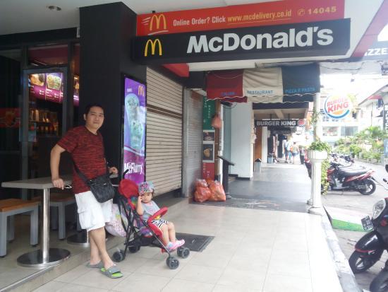 McDonald's: 13 Oktober 2015 Foto kami di depan gerai McD Kuta Square