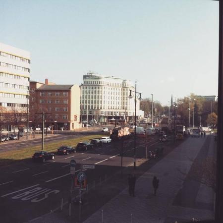 Ramada Hotel Berlin-Alexanderplatz: Vue sur Karl Liebknecht Strasse