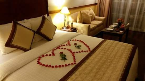 Victoria Can Tho Resort: Un detalle del hotel por nuestro viaje de aniversario. Decoración de la cama y cesta de frutas.