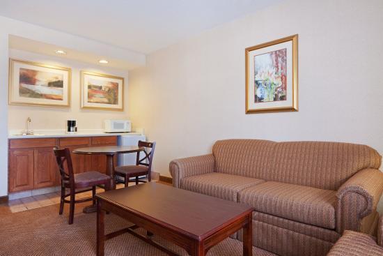 Woonsocket, Rhode Island: Executive 2 Room Suite