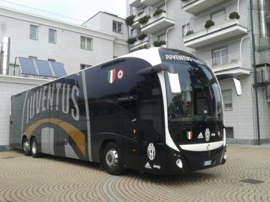 Leini, Italia: si possono vedere i calciatori partire per lo stadio