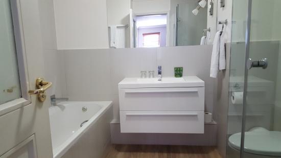 Bantry Bay Suite Hotel: Deluxe Bathroom