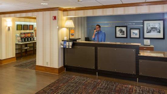 Hampton Inn Buffalo-Airport/Galleria Mall: Front Desk