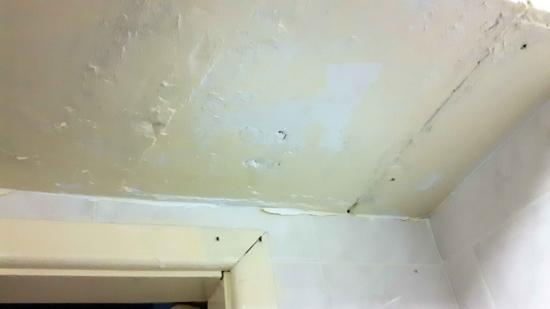 Kinmel Hotel: Bathroom ceiling paintwork