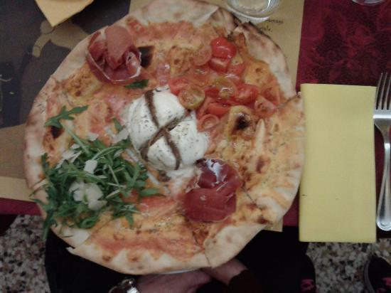 Carnago, Italië: Pizza Occhio di Bufala