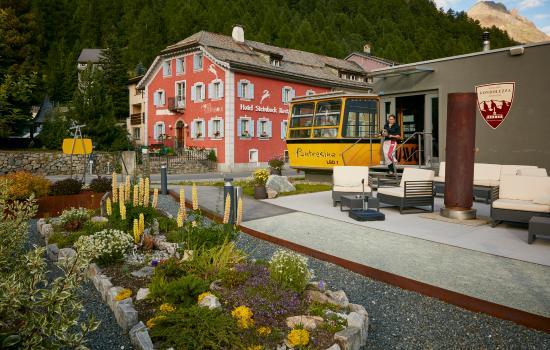 Hotel Steinbock: Aussenansicht mit Gondolezza am Tag