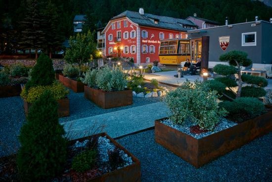Hotel Steinbock: Aussenansicht mit Gondolezza bei Nacht