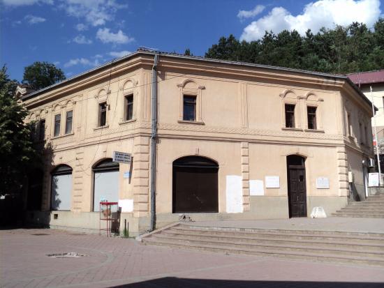 Kichevo, جمهورية مقدونيا: L'entrée du musée de fait par derrière 