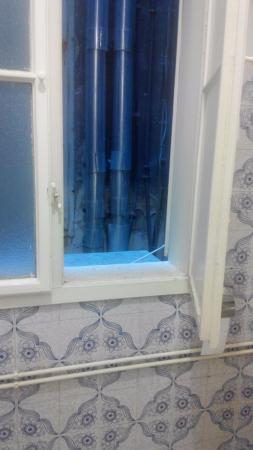 2Night Hostel: окно ванны выходит в пыльные трубы