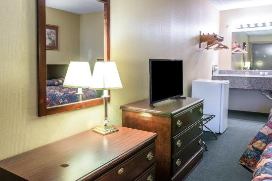 Econo Lodge South: Guest room