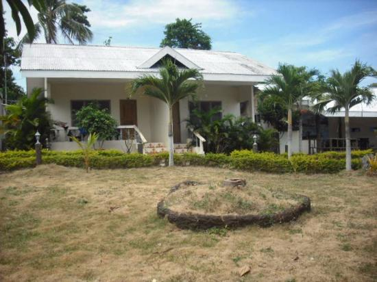 Bano Beach Resort: Bungalow face piscine, et jardin.