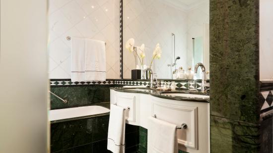 Althoff Grandhotel Schloss Bensberg: Bathroom