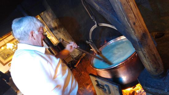 Chateau-d'Oex, Schweiz: On tourne le fromage dans la marmite