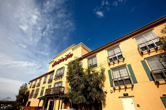Norco, CA: Hotel Exterior side view