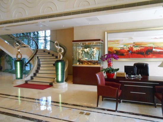 Chambre avec grand bureau picture of lijingwan international
