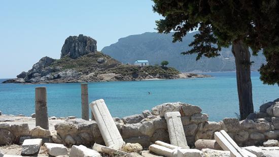 Kefalos, กรีซ: Agios Stefanos Blick von den Ruinen der Agora zur Insel Kastri