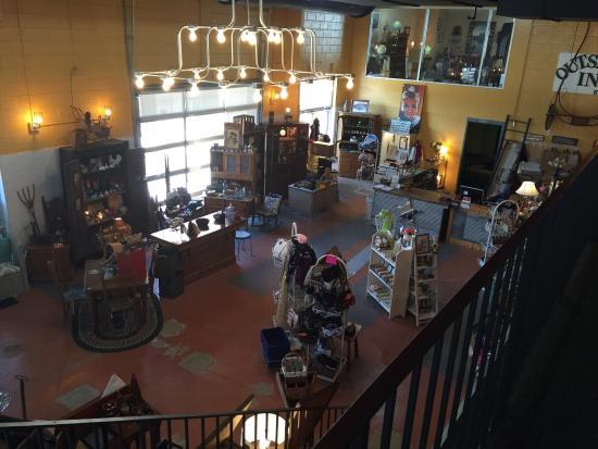 Morris, IL: Unique Vintage Boutique