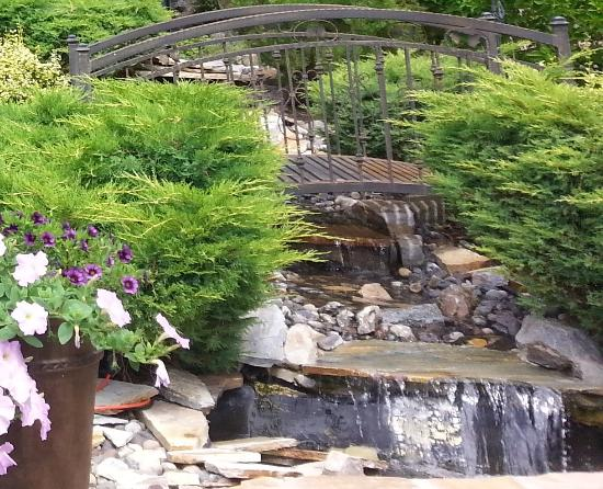 Vernon, Kanada: Backyard Waterfall Feature