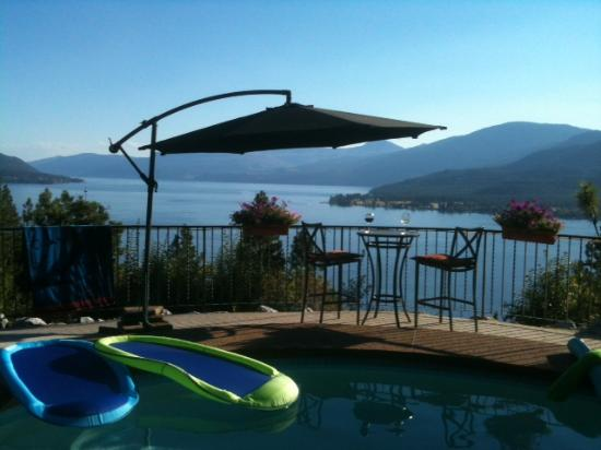 Vernon, Kanada: Lounge by the Pool and Enjoy the View