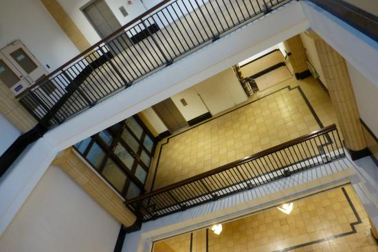 Premier Inn Coventry City Centre (Earlsdon Park) Hotel: Lots of circulation space - shame the corridors arent as solid