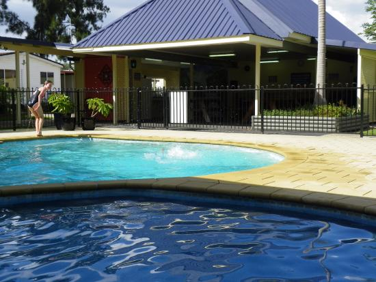 Emu Plains, Australia: Large bbq camp kitchen attached to the pool area