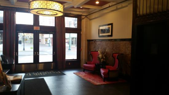 Schenectady, NY: Lobby area. Hotel has old world charm and new age twists!